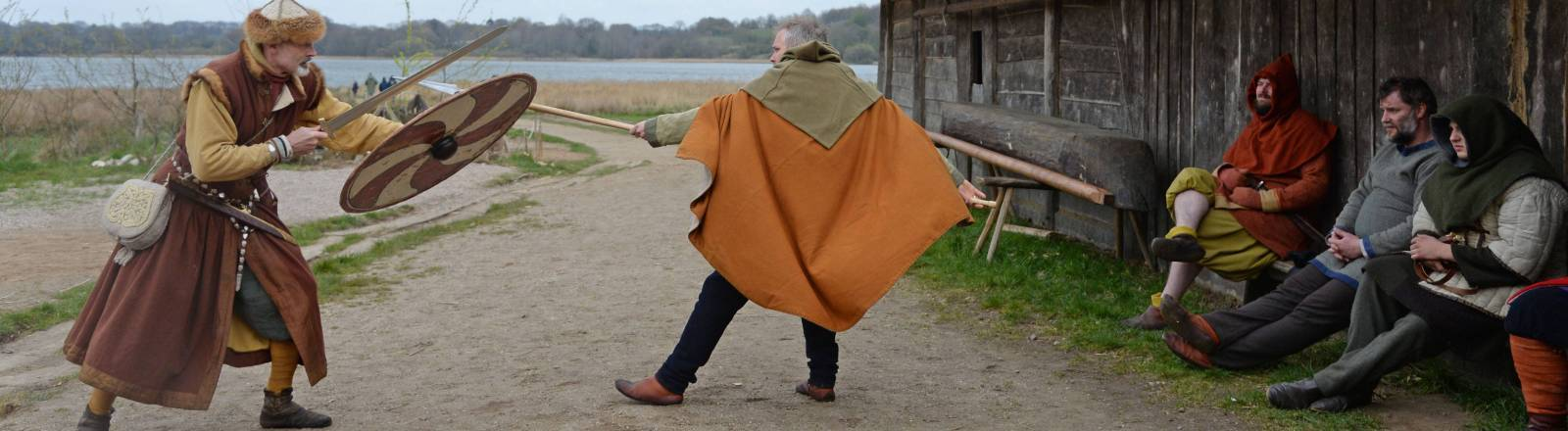 Laiendarsteller spielen die Zeit der Wikinger nach: Szene aus dem Wikingerdorf Haithabu in Schleswig-Holstein