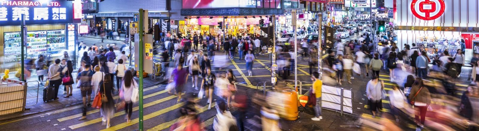 Eine Menschenmenge in Timelapse in Hong Kong