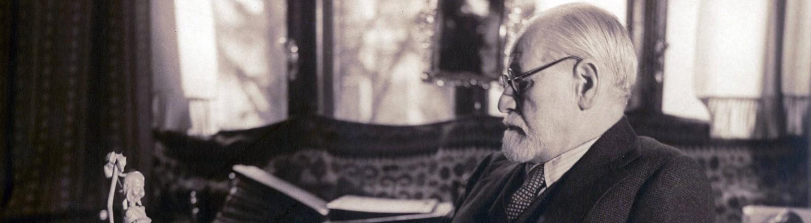 Sigmund Freud sitzt an seinem Schreibtisch