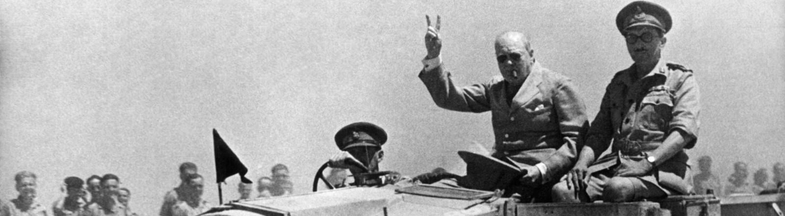 Winston Churchill zeigt das Peace-Zeichen bei einem Besuch in Afrika während des zweiten Weltkrieges