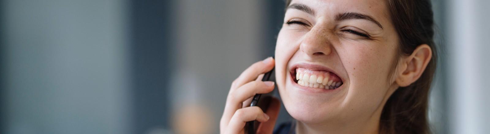 Eine Frau telefoniert und gestikuliert