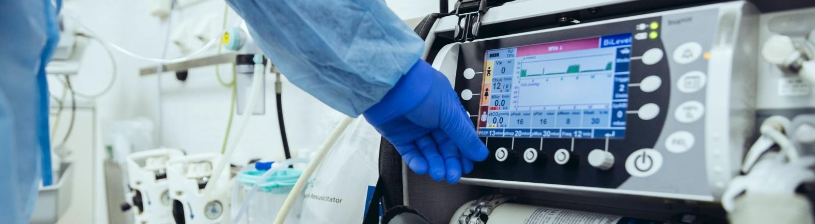 Eine Maschine im Krankenhaus wird bedient