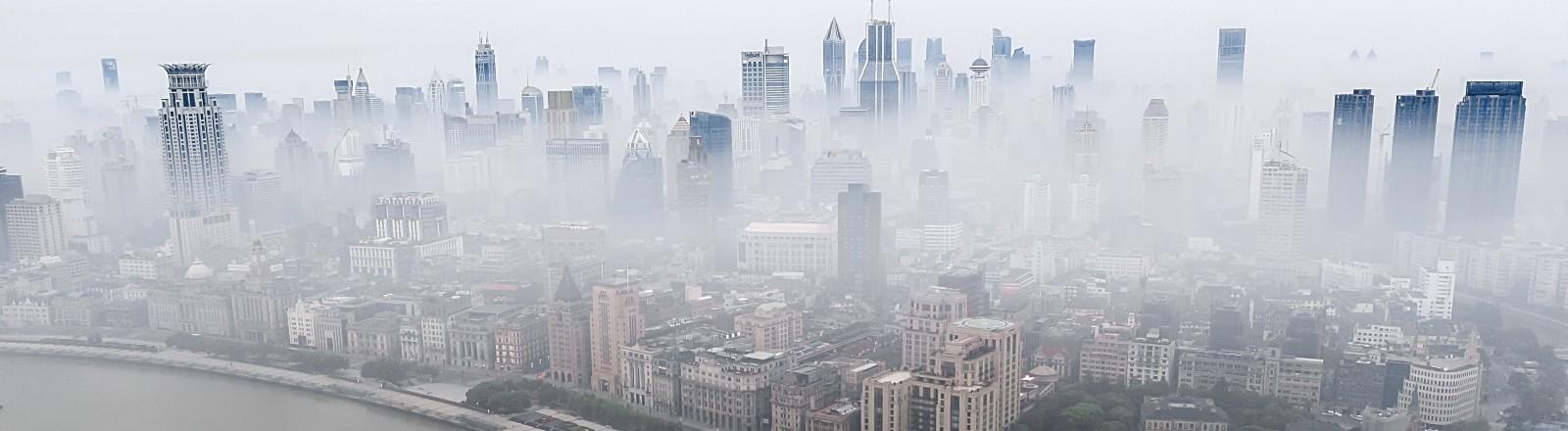Die Skyline Shanghais im Nebel