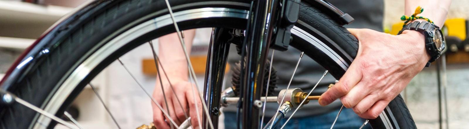 Ein Fahrrad-Rad wird repariert