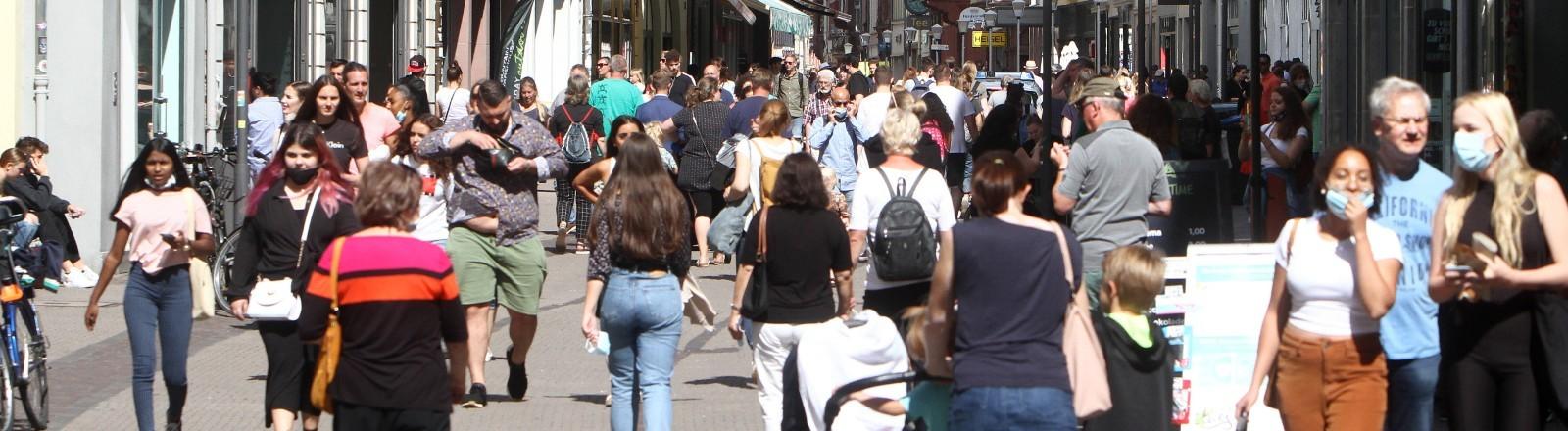 Menschenmasse in einer Fußgängerzone