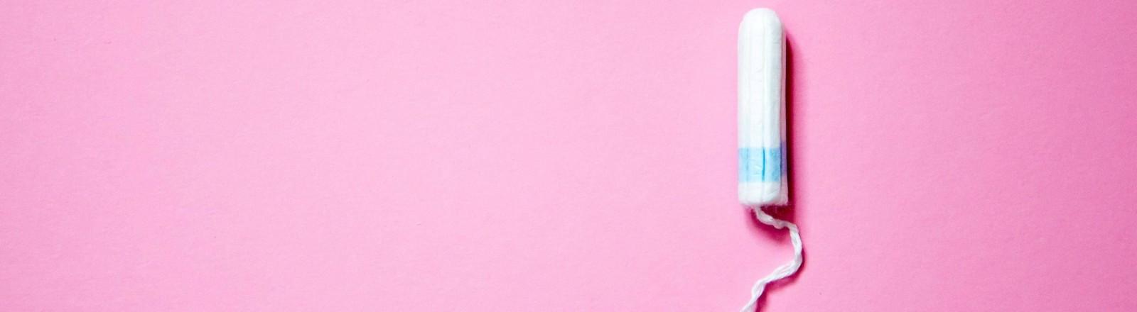 Ein Tampon auf pinkem Untergrund