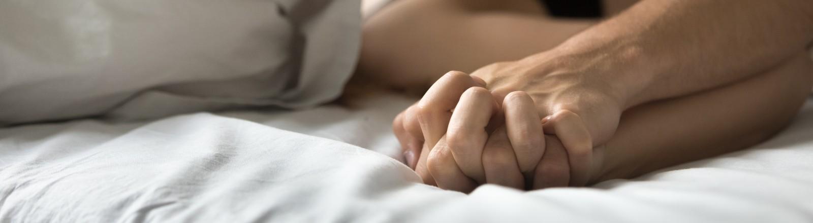 Eine Frau und ein Mann haben Sex