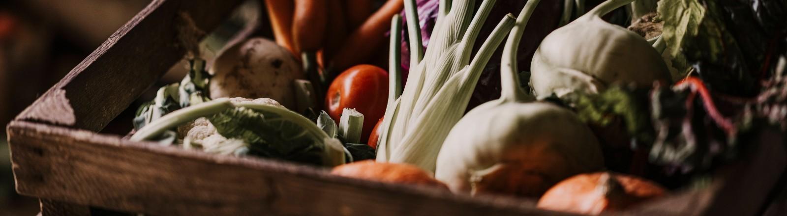 Eine Holzkiste mit Bio-Gemüse
