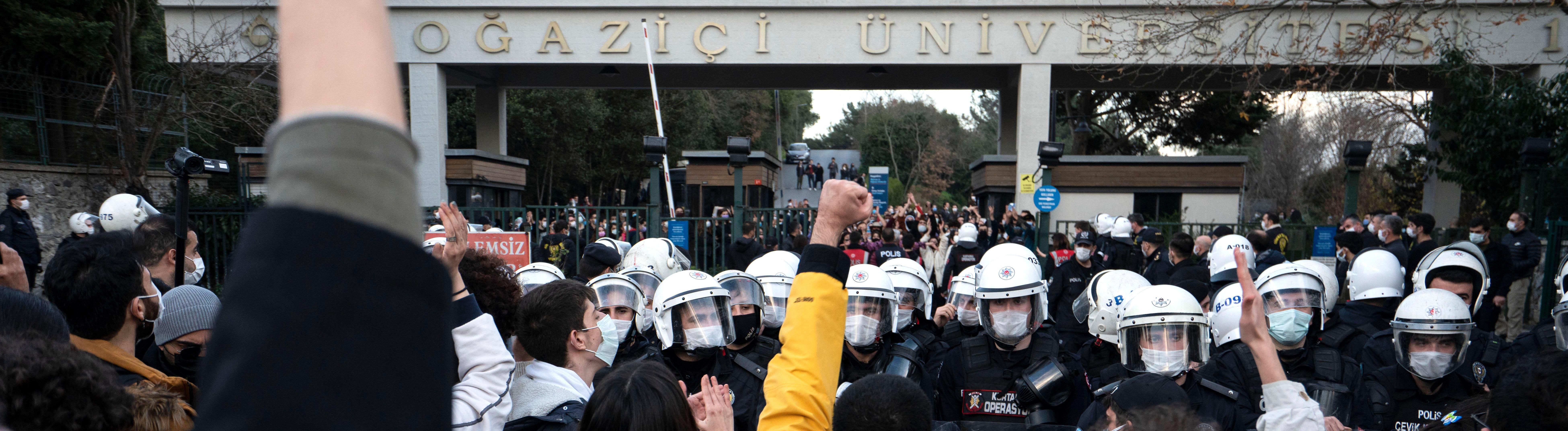 Studierende und Polizisten am Tor der Bosporus-Universität in Istanbul