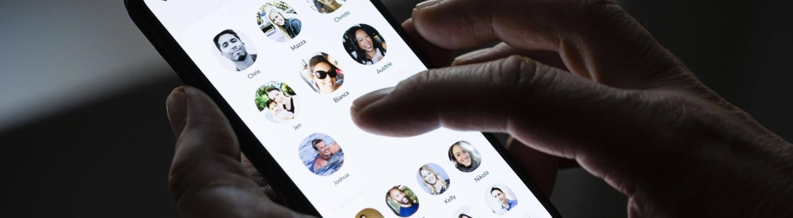 Eine Hand auf dem Smartphone mit der geöffneten Clubhouse-App