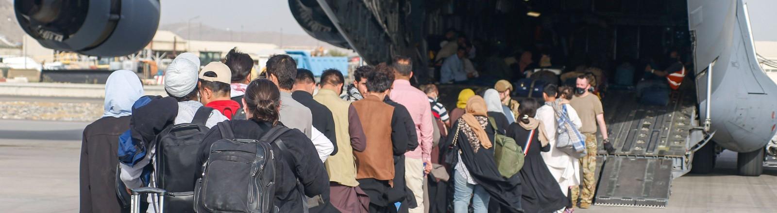 Menschen stehen in der Schlange am Flughafen in Kabul