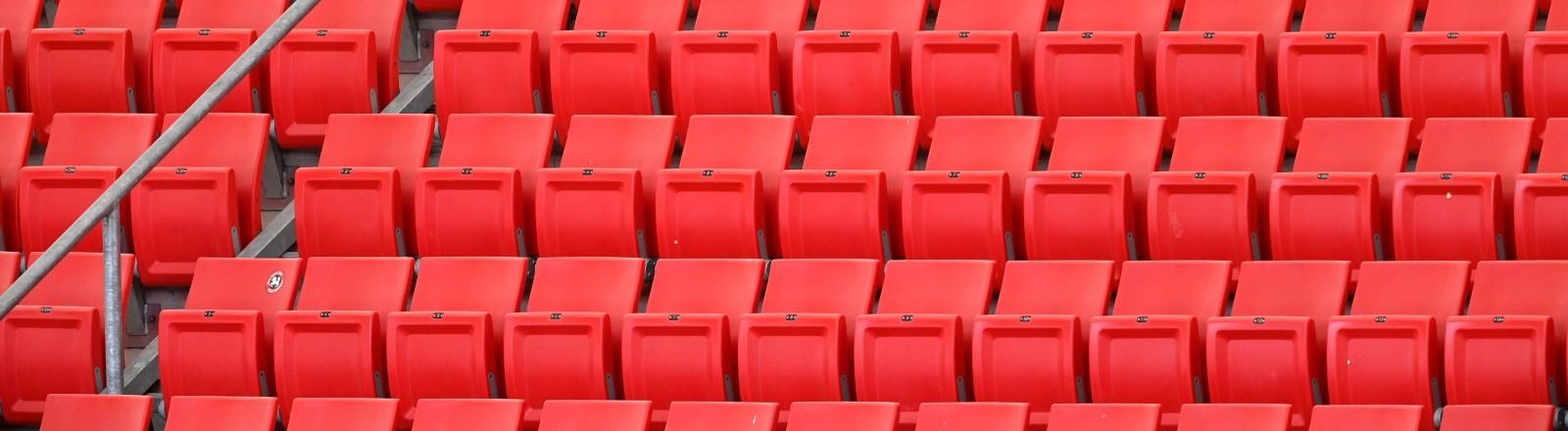 Eine leere Tribüne mit roten Sitzen im Fußballstadion von Stuttgart