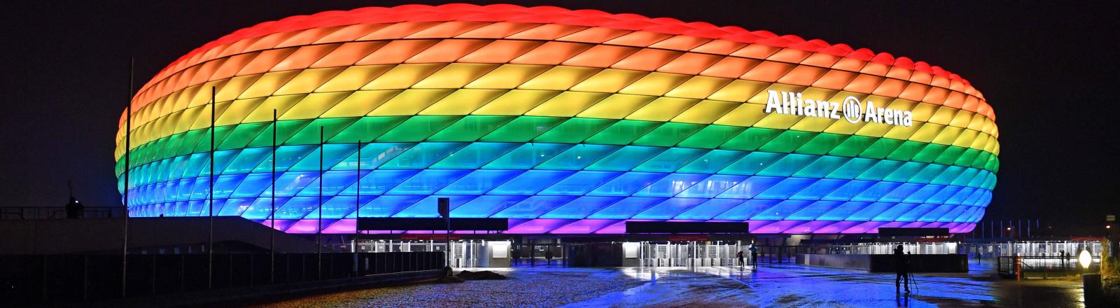 Die Allianzarena in München in Regenbogenfarben