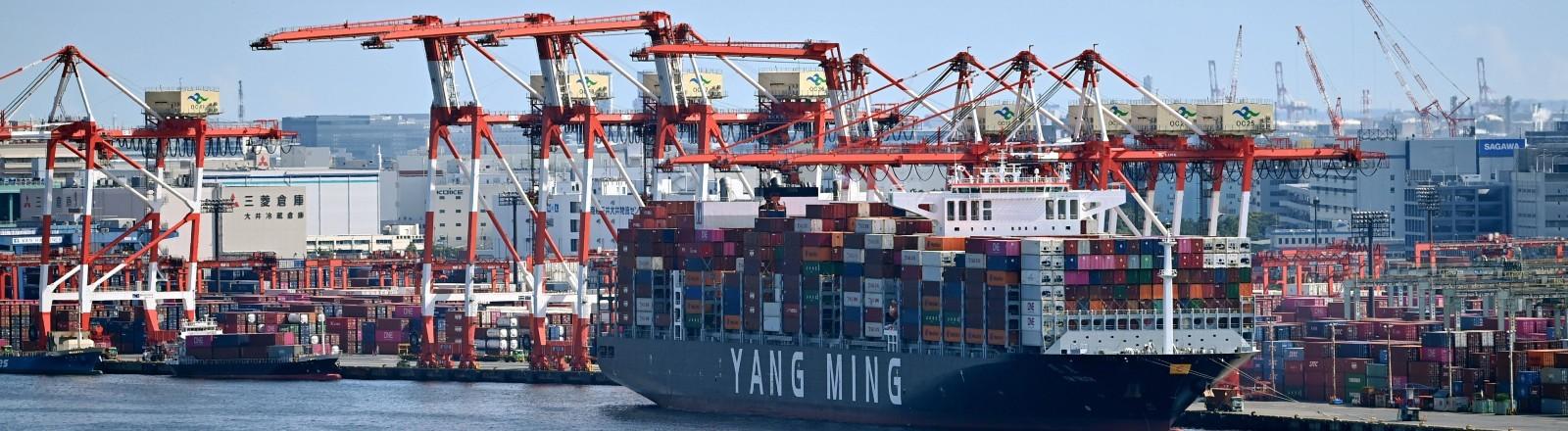 Ein Containerschiff an einem Hafen