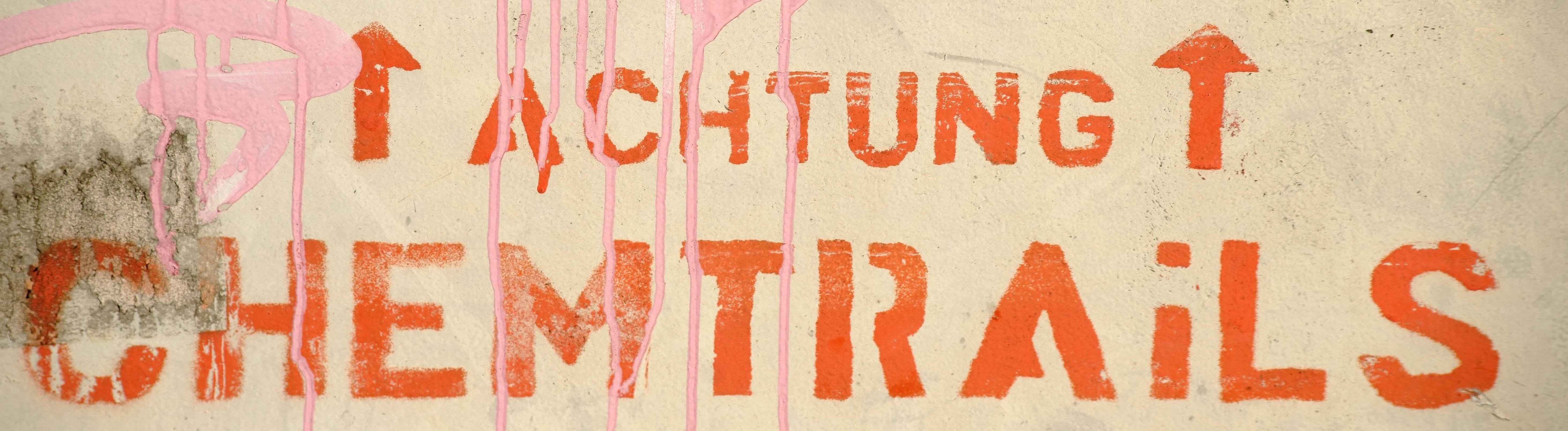Schriftzug auf Mauer: Achtung Chemtrails