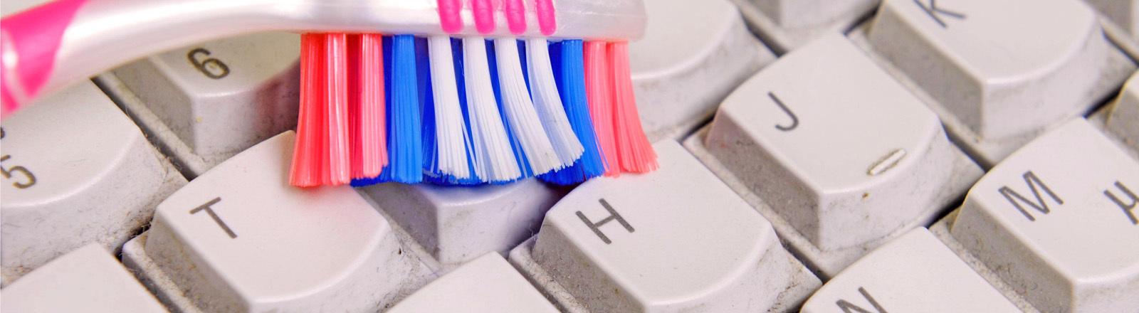 Zahnürste putzt Tastatur
