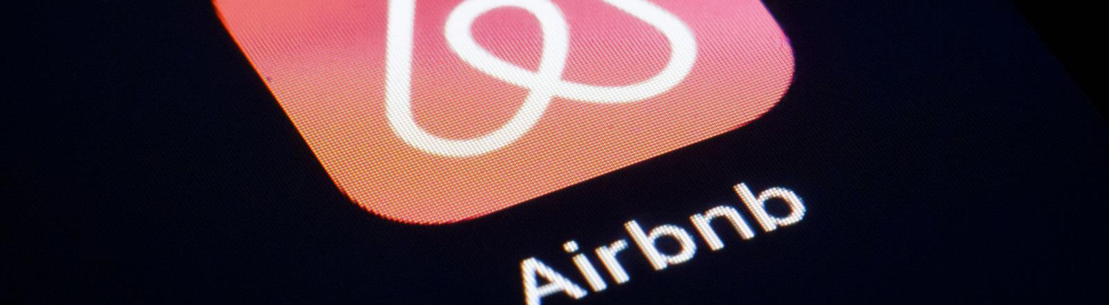 Airbnb App mit Daumen