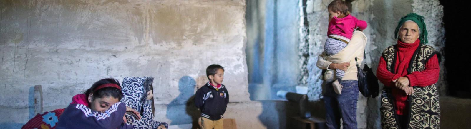 Familie haben sich in einen Luftschutzbunker in Shushi in Bergkarabach am 08.10.2020 geflüchtet.