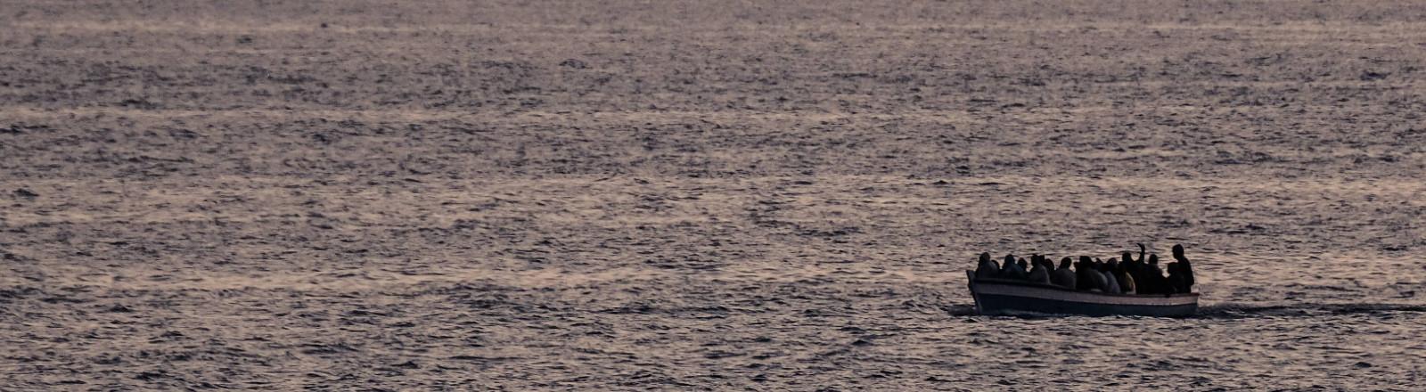 Boot mit Geflüchteten 2017 westlich von Tripolis in Internationalen Gewässer