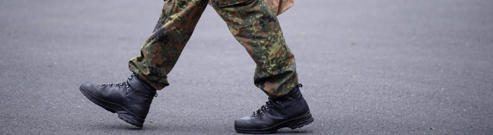 Symbolbild Bundeswehr: Ein Soldat mit Wasser und Essen in der Hand.