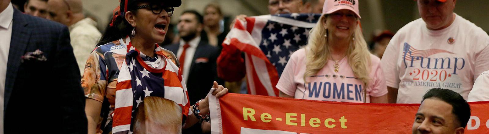 Trump-Unterstützer bei einer Veranstaltung der Evangelikalen in El Rey Jesus Evangelikale Kirche in Kendall 03.01.2020