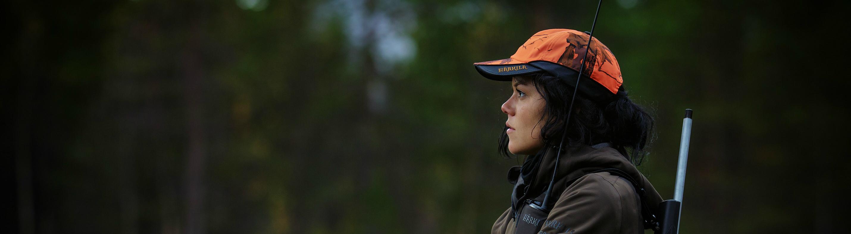 Jägerin mit Gewehr im Wald