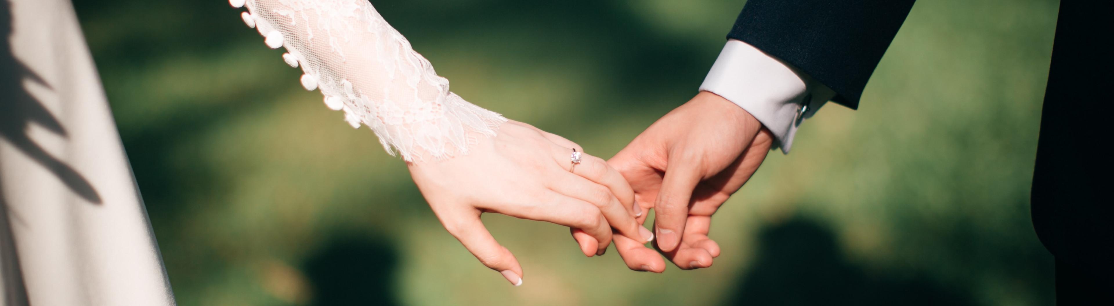 Braut und Bräutigam halten ihre Hände