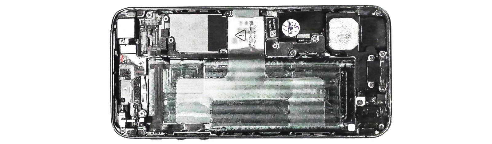 Ein Smartphone geöffnet von hinten ohne Akku. Technische Teile sind zu sehen.