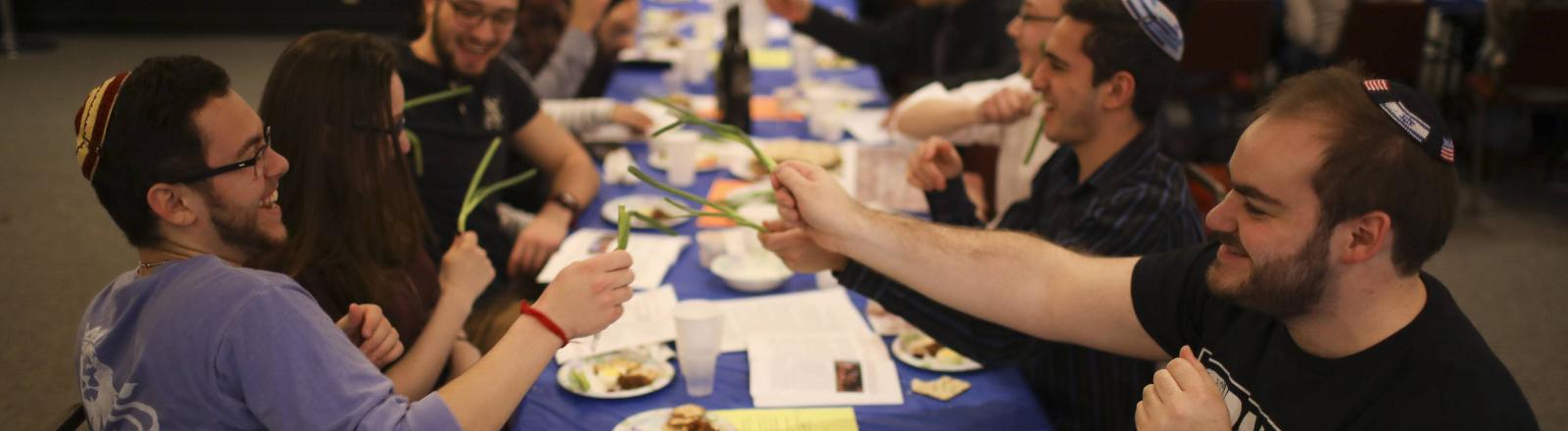 Junge Juden bei einem Pessach-Fest