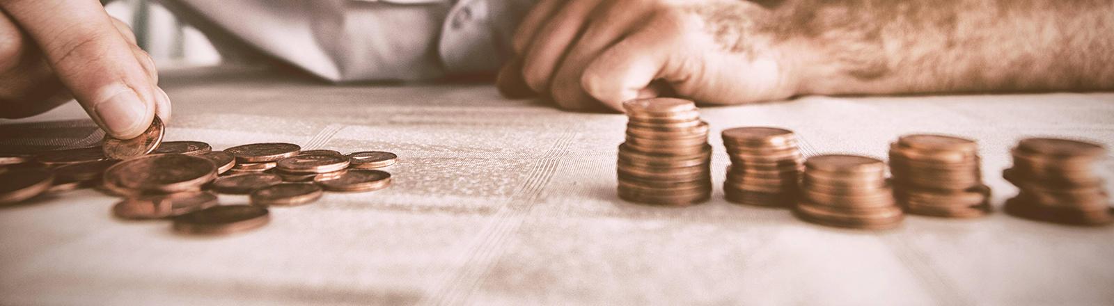Mann zählt Centmünzen