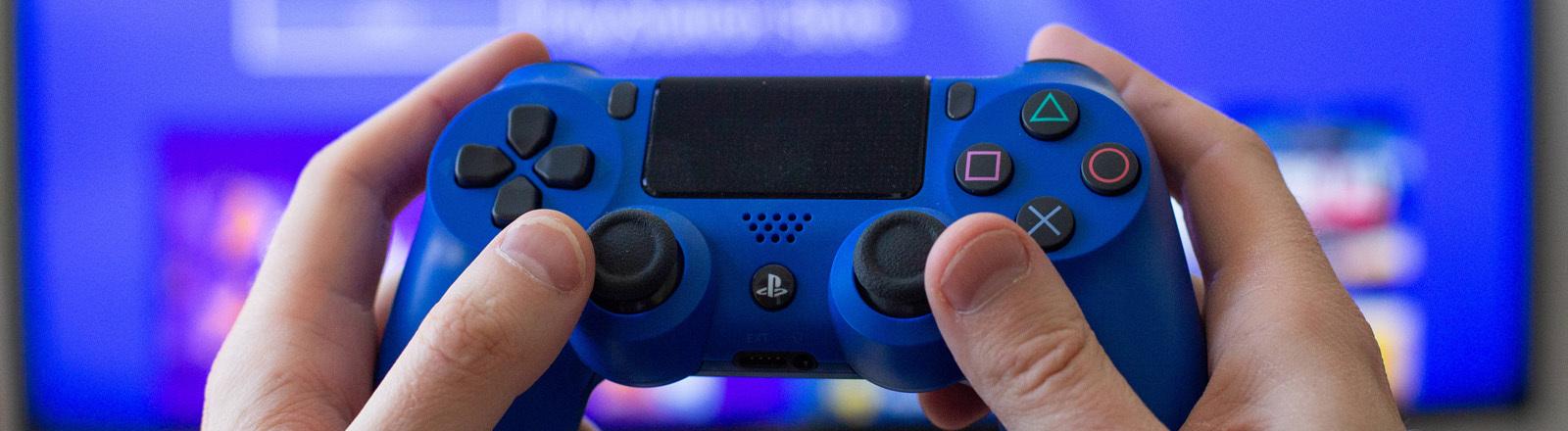 Gaming Controller in den Händen