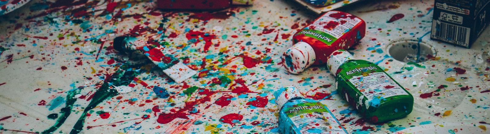 Bunte Farben auf Papier