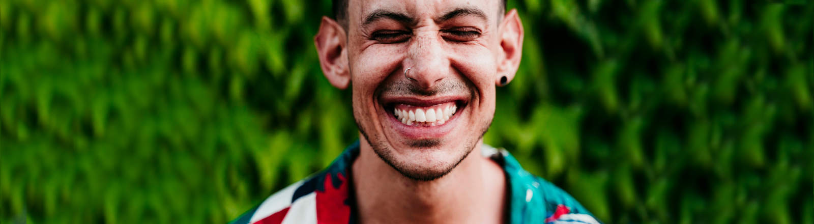 Ein Mann lacht