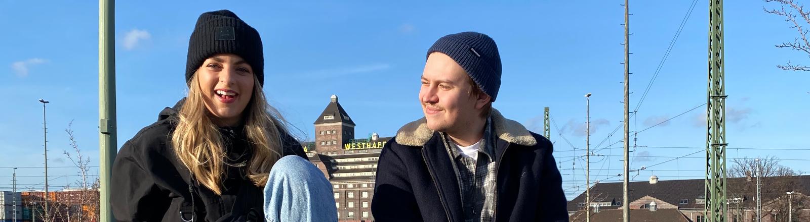 Porträt des Ehepaars Laura Larsson und Nils Hansen im Freien
