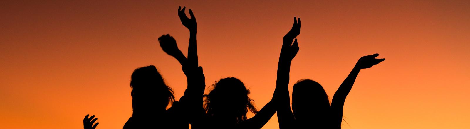 Drei Frauen tanzen.