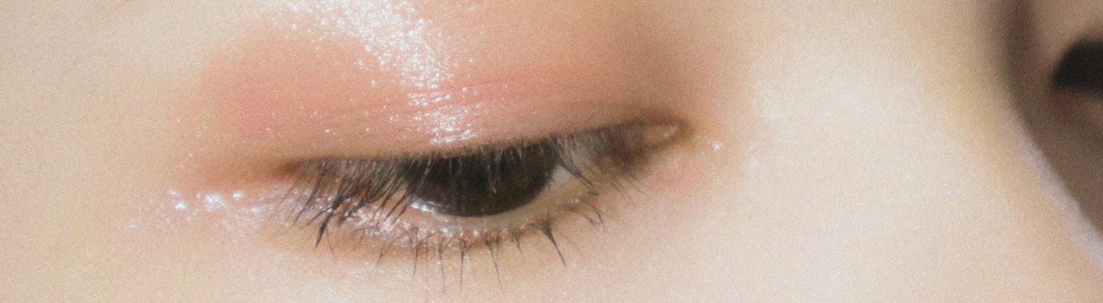 Lidschatten auf einem Augenlid.