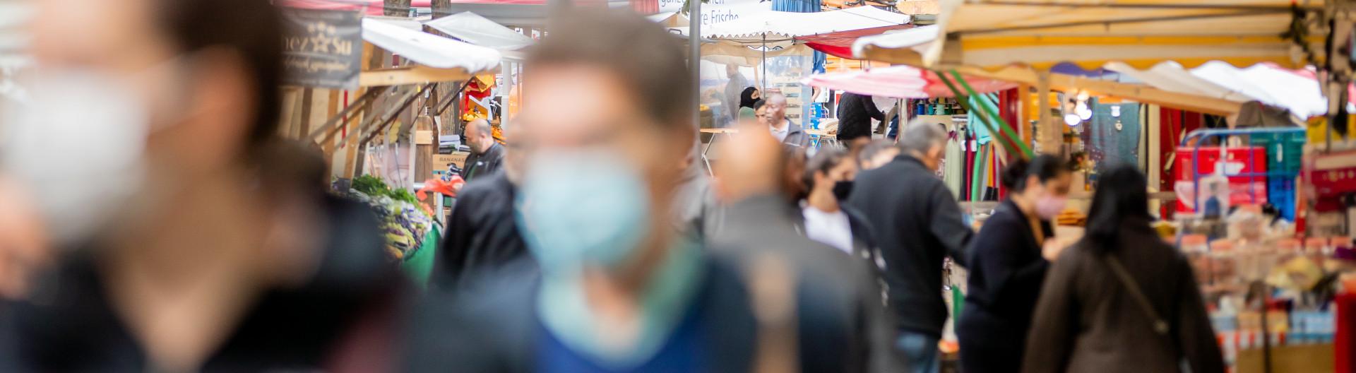 Menschen tragen Masken auf dem Markt in Berlin Kreuzberg am 06.10.2020.