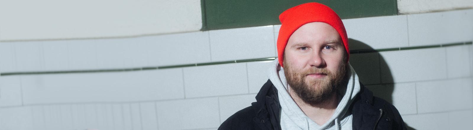 Bild von dem Gesprächspartner Max Bierhals, einem jungen Mann mit blondem Bart und roter Mütze