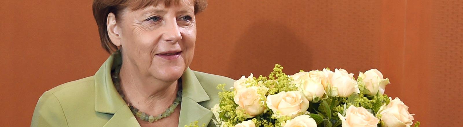 Angela Merkel mit Blumenstrauß