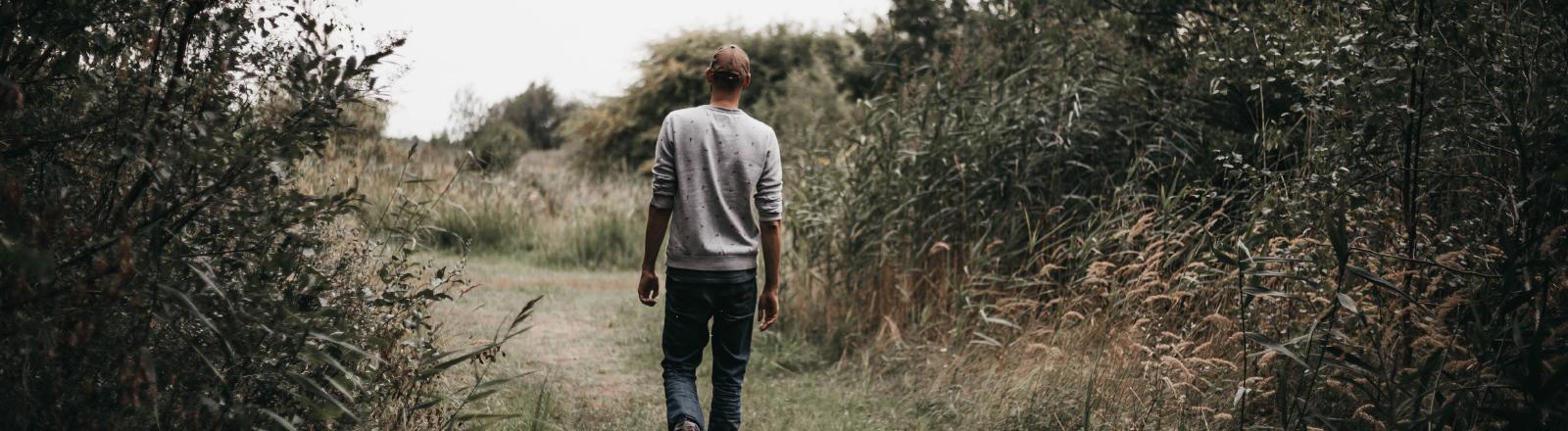 Mann geht in der Natur spazieren