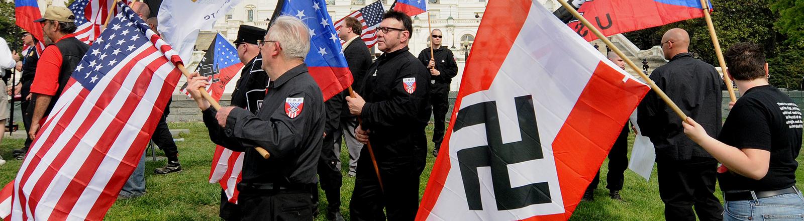 Rechtsextreme Demonstranten mit Amrika- und Hakenkreuz-Flaggen in Washington
