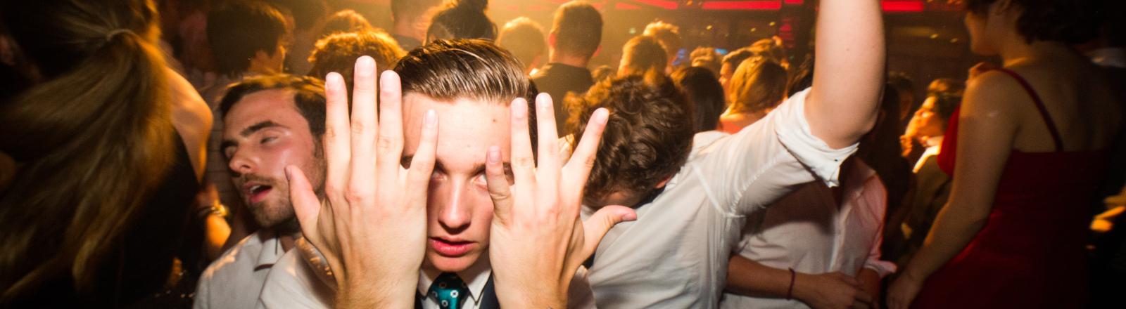 Party-Menge feiert in einem Club.