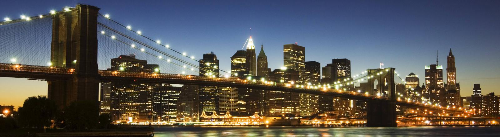 Skyline von New York bei Nacht