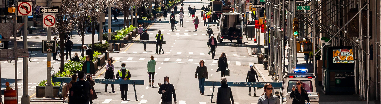 Straße in New York City, die für Fußgänger abgeriegelt wurde