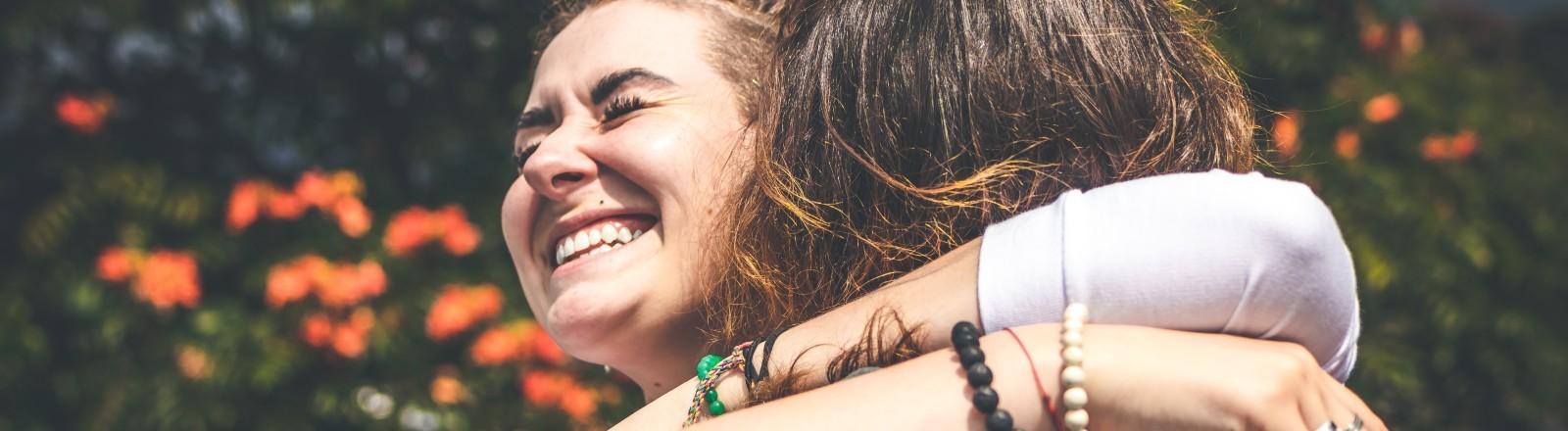 Zwei Frauen umarmen sich glücklich