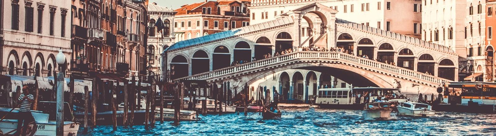 Ein Bild von Venedig mit Kanal und Brücke