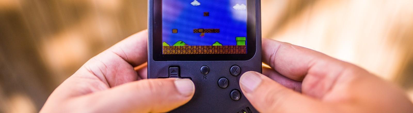 Kleiner Gameboy mit Supermario-Spiel