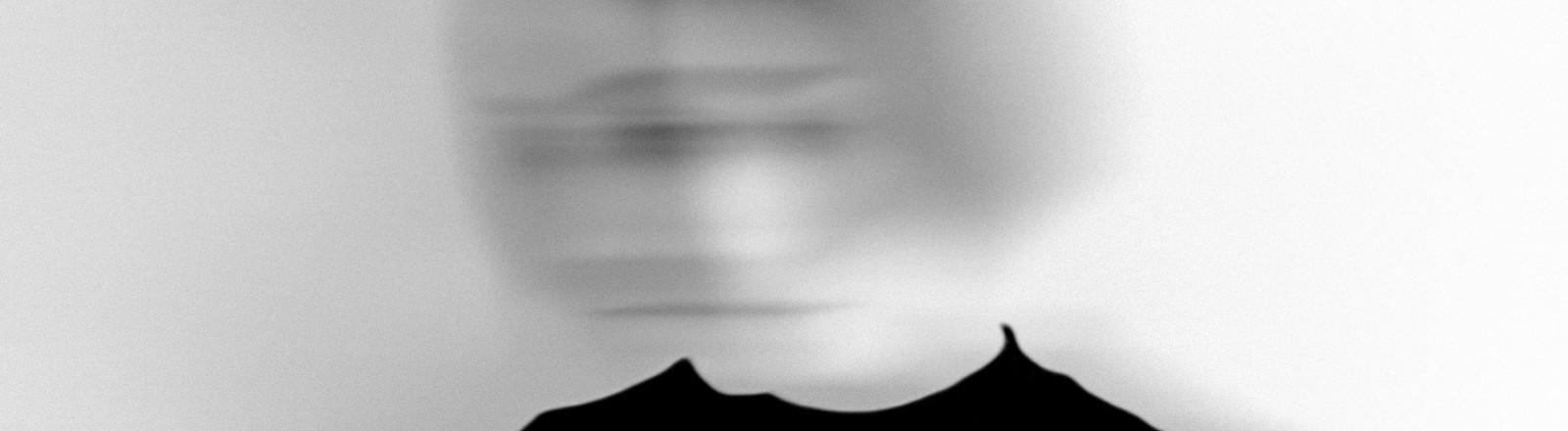 Der Kopf einer Frau, verschwommen