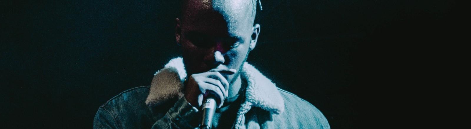 Ein Rapper steht auf der Bühne