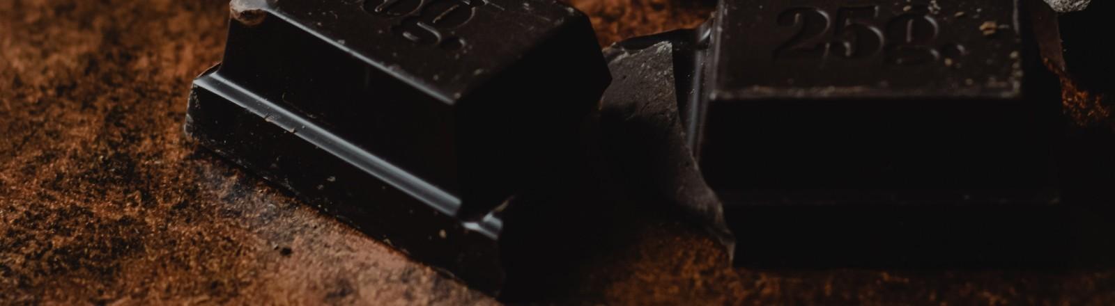 Eine Nahaufnahme einer dunklen Schokolade